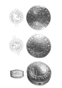 Sceau en bronze (âge du bronze) découvert à Troie en 1995. Son propriétaire occupait la situation élevée de scribe. Le texte n'était pas comme on s'y attendait le linéaire B des Grecs mycéniens, mais du hittite. Il mesure 2,5 cm de diamètre et 1 cm d'épaisseur. Sur une face, l'ins cription dit que son propriétaire est scribe, l'autre face était utilisée par sa femme. Il a la caractéristique d'être écrit en hittite cunéiforme sur les faces et en hittite hiéroglyphique sur sa tranche.