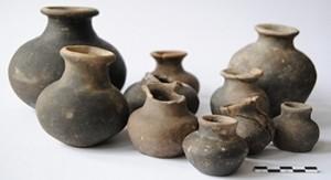 Vases à boire ou bouteilles de petite taille datés du 1 s. BC ou du 1 s. AD, trouvés sur le site du sanctuaire gallo-romain de La Taille Marie à Aiseau © CReA-Patrimoine/ULB