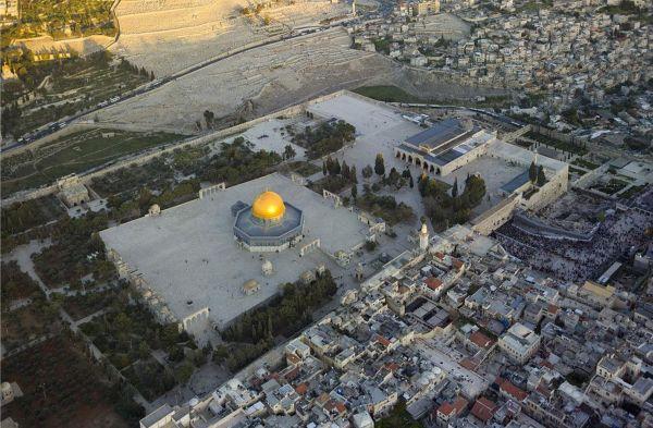 L'Esplanade des Mosquées domine la vieille ville de Jérusalem, avec en son centre le Dôme du Rocher et plus à droite sur l'esplanade, la mosquée al-Aqsa.
