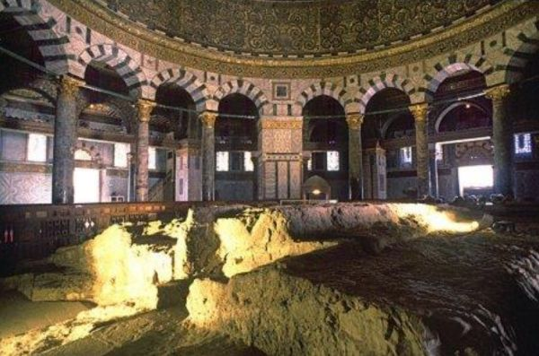 Selon la tradition musulmane, c'est aussi sur ce rocher qu'eut lieu le « Sacrifice » d'Isaac par Abraham.