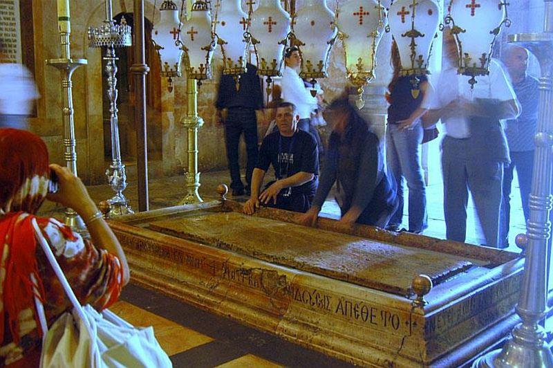 La Pierre de l'Onction qui est selon la tradition l'endroit où le corps de Jésus fut préparé avant son ensevelissement. C'est le lieu de la 13e station du Chemin de croix.