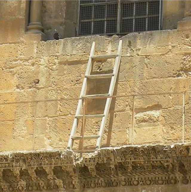 L'échelle inamovible. Ci-dessus, détail d'une photographie de l'entrée principale prise en 2005.