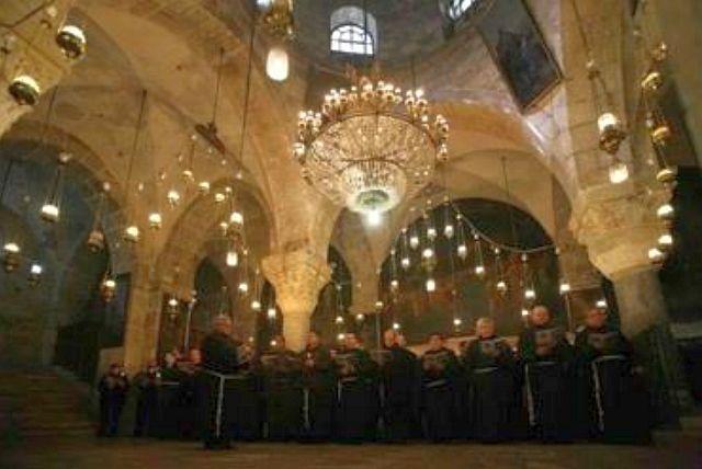 Chapelle de Ste Hélène. Construite par les Croisés, la chapelle de Sainte-Hélène est aujourd'hui réservée pour les offices de la communauté Arménienne.