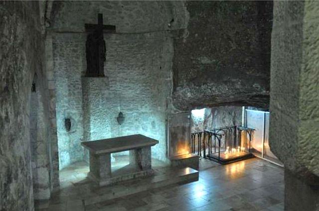La chapelle rupestre de l'invention (découverte) de la Sainte Croix. Il s'agit là du point le plus bas de la basilique. Une grille signale le lieu exact dela découverte des reliques.