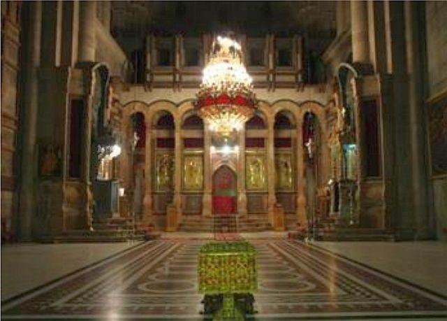 Le chœur des chanoines ou Catholicon, appartient aux Grecs qui l'ont séparé du reste de l'édifice, ne le laissant ouvert que sur l'Anastasis. Lors d'une restauration, on a trouvé sous le dallage d'époque croisée, les fondations de la basilique constantinienne dite Martyrium. La coupole a été recouverte de mosaïques selon le style byzantin.